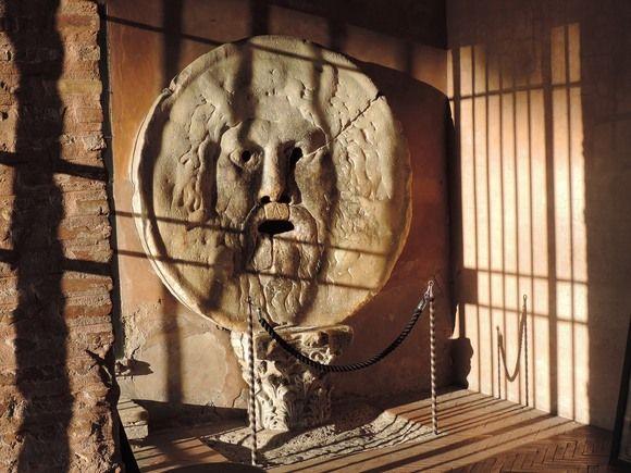 蓋がここに据え付けられたのは1632年。 <真実の口の見所>