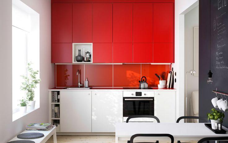 Cuisine METOD avec faces rouges et blanches, plan de travail rouge et élément ouvert.