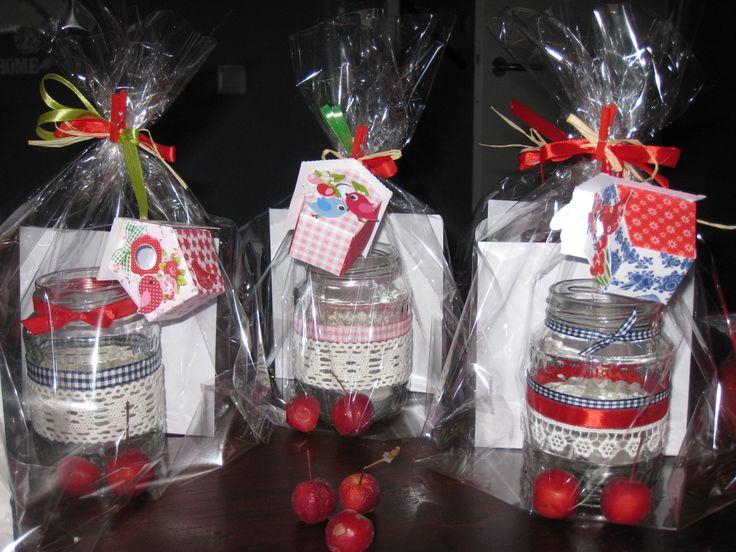 Glazen potjes versieren met lint en gezellig inpakken.