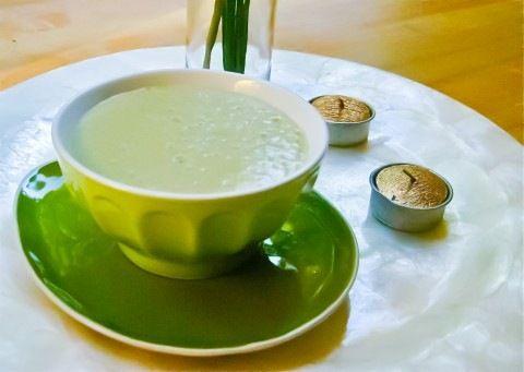 Коктейль из зеленого чая  Ингредиенты: • 2 чашки крепко заваренного зеленого чая • 1 чашка шелкового тофу • ½ авокадо • 4 или 5 столовых ложек нектара агавы (или сахарного/кленового сиропа) • ½ чашки льда • 1 чайная ложка ванильного экстракта • щепотка морской соли