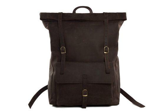 Ce fantastique sac à dos à la main est un exemple superbe de nos sacs fabriqués à la main. Nous utilisons sélectionnés en cuir véritable, du matériel de qualité et un tissu pour faire le sac aussi bon qu'il est. Ce sac sera votre compagnon idéal lors de votre voyage, ou comme une école, un collège ou Université de sac. Il y a un grand compartiment à l'extérieur, ce qui va prouver très pratique. Le sac à dos est grand et beaucoup d'espace pour vos vêtements. Vous pouvez adapter un ordinateur…