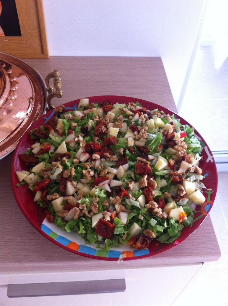 Sofram da domates kurusu ile meyveli salata:)