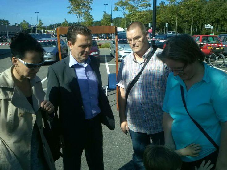Viering 15 jaar Bewonersorganisatie 'de Strijp' op 28 september 2013. In gesprek met burgemeester Michel Bezuijen tijdens de festiviteiten in de Strijp.