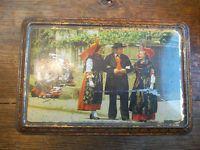 Boite métallique ancienne représentant des femmes et un homme dans un jardin