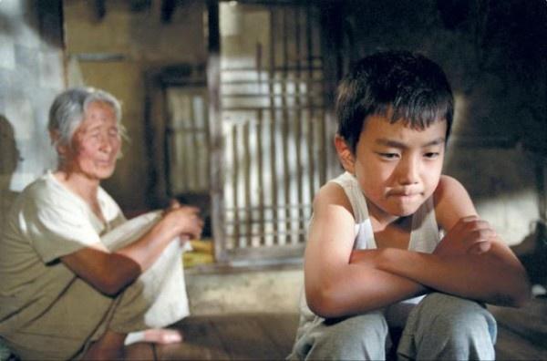 """Película: Jibeuro / The way home. Director: Jeong-hyang Lee. """"Las diferencias que nos separan, son muralla y camino""""."""