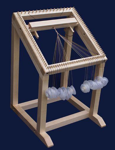 El karakumidai se utiliza para hacer trenzas enroscadas construidas de formas de diamante. La trenza se desarrolló durante el período Heian (794-1192) y marcó la creación de las primeras trenzas verdaderamente japoneses en lugar de reproducciones de técnicas chinas y coreanas que se había visto hasta ese momento. Una faja llamada Hirao se hicieron para las ocasiones formales de la corte imperial y los trajes de la danza ceremonial Bugaku y sintoístas, Las trenzas son muy complicadas de…