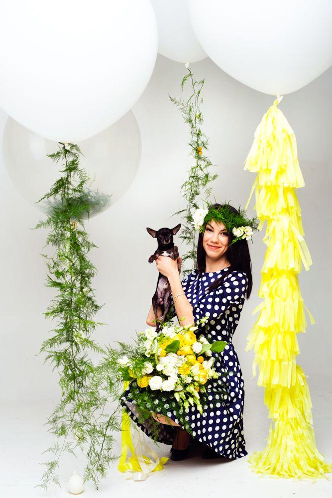 Фотозона с большими белыми воздушными шарами с гирляндой тассел и хвостами из цветов и травы   White big balloon blooms garlnd tropical butterflies photozone ideas