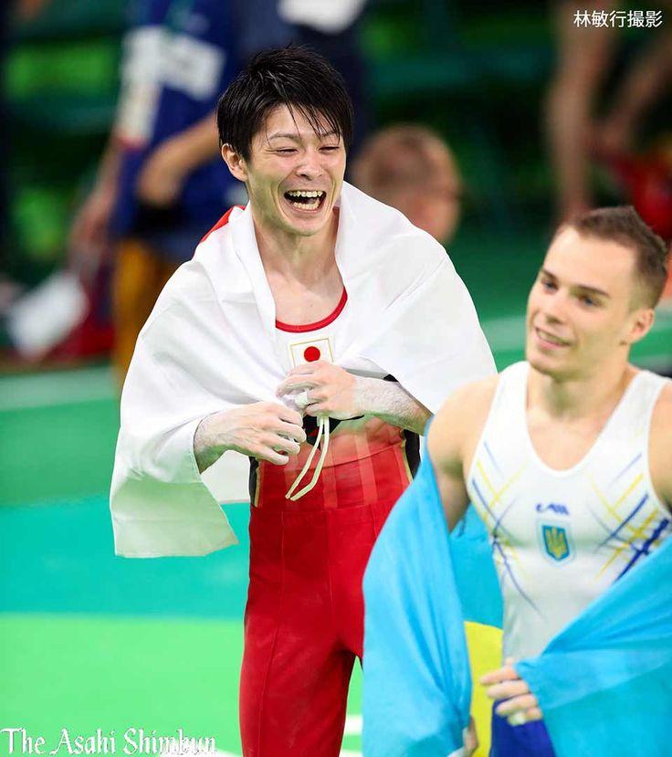 体操の男子個人総合で優勝した内村航平選手。2位のオレグ・ベルニャエフ(手前、ウクライナ)と名勝負を演じました。(達)#Rio2016 #リオ五輪 #体操 #内村航平 #JPN #UKR