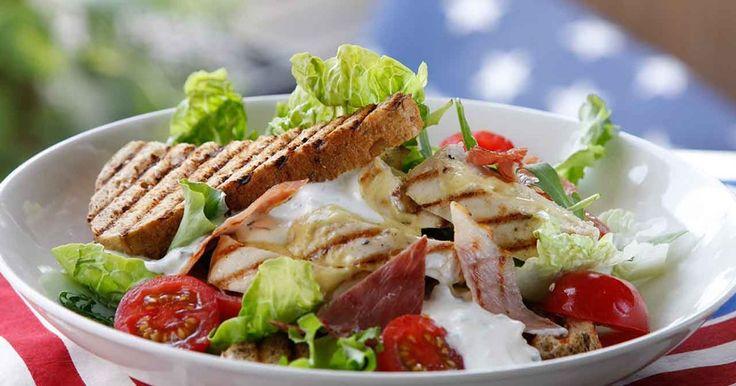Club sandwich med grillad kyckling och lufttorkad skinka istället för bacon.