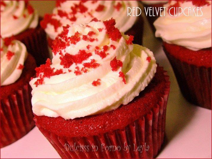 Red Velvet Cupcakes, la versione monoporzione della famosa torta americana Red Velvet. Ecco la ricetta passo passo di queste deliziose mini tortine !