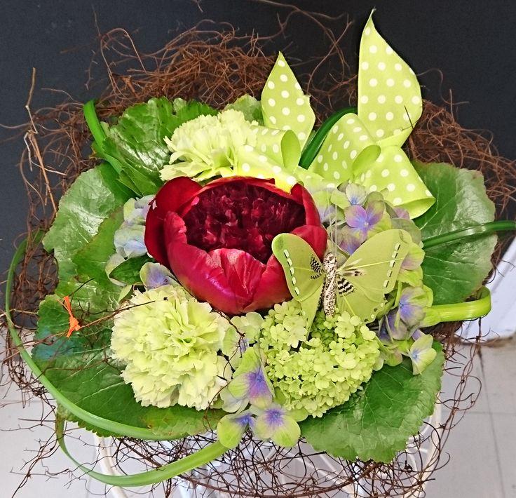 Kukkakimppu koristein. Tummanpunainen pioni, hortensia, neilikka #peony #hydrangea #carnation