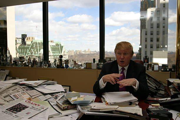 Rendezvous With Donald Trump Donald TRUMP gesticulant assis à son bureau de la Trump Tower à NEW YORK avec sur le rebord de la fenêtre sa collection...