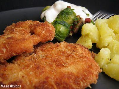 Sajtos bundában sült csirkemell, baconos kelbimbóval, sajtmártással és rozmaringos pirított krumplival