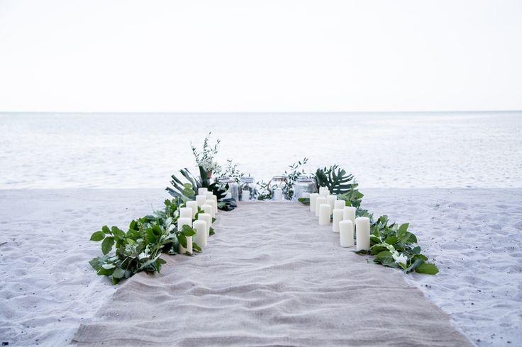 Ich liebe diese Strandhochzeitsgang-Dekorationsidee. Es ist so einfach, aber die …   – Wedding Decoration Ideas