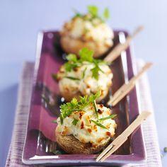 Champignons au fromage frais• 20 petits champignons de Paris • 150 g de fromage frais ail et fines herbes (type Boursin) • 1 cuil. à soupe de crème • 4 cuil. à soupe d'huile • ½ citron • 12 brins de cerfeuil • ½ botte de ciboulette • poivre