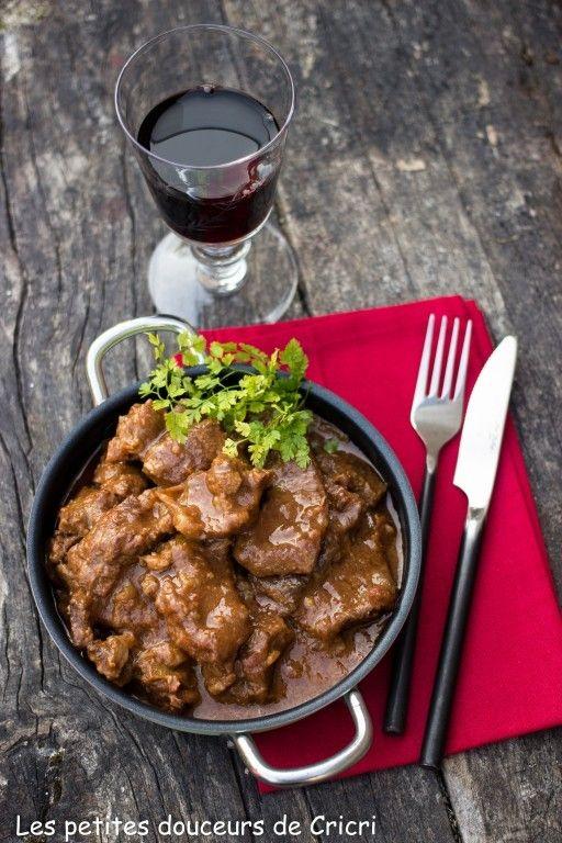 Le goulash est un plat mijoté hongrois dont nous nous régalons à la maison. Et même si le soleil fait enfin son apparition la chaleur n'est pas encore au rendez vous. Alors rien de mieux que ce plat bien réconfortant.  Il peut être préparé à l'avance et n'en sera que meilleur.