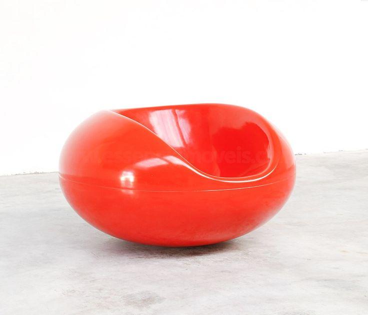 Pastil Chair do designer Eero Aarnio. Estrutura em fibra de vidro com pintura automotiva PU nas cores branco, preto, amarelo e vermelho.