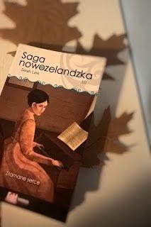"""""""Złamane serce"""" to już dziesiąty tom Sagi Nowozelandzkiej, który wzięłam do rąk natychmiast po skończeniu poprzedniego. Czekał niestety dłuższą chwilkę na komentarz, ponieważ po pierwszych uniesieniach zaczęło mi się odrobinkę nudzić i odłożyłam czytanie na prawie miesiąc."""