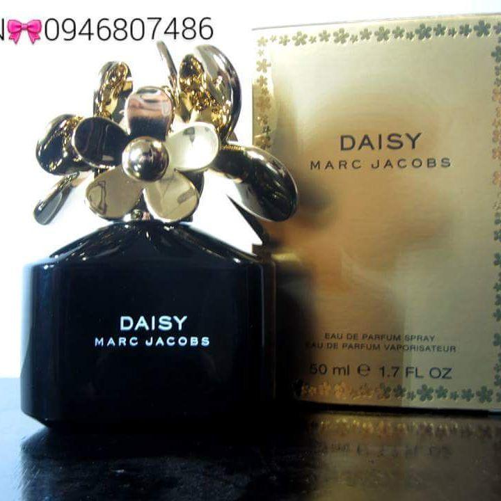 MARC JACOBS Daisy Eau de Parfum  Xuất xứ: Pháp Tiến vào thế giới của Daisy, tươi mát, nữ tính cùng với sự ngây thơ, tinh nghịch.Daisy như một đóa hoa lấp lánh, tươi mới được bao trùm bởi không khí ấm áp, vui vẻMùi hương đặc trưng:Hương đầu: dâu, lá violet, bưởi chùm đỏHương giữa: cây dành dành, hoa violet, hoa nhàiHương cuối: Xạ hương, gỗ đàn hương, vani Vui lòng liên hệ tư vấn/xem hàng trực tiếp/ mua hàng:  #0946807486  Mai  CAM KẾT 100%AUTHENTIC OR MONEY BACK!!! CHECK CODE THOẢI MÁI!!
