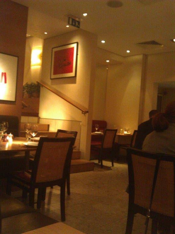 Oturulan yemek bölümünden önceki basamaklarda bir buluşma ve yemek öncesi içki almak için bar kısmı bulunuyor... Daha fazla bilgi ve fotoğraf için; http://www.geziyorum.net/fino/