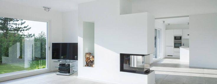 Offener Wohnraum mit Kamin: minimalistische Wohnzimmer von Skandella Architektur Innenarchitektur