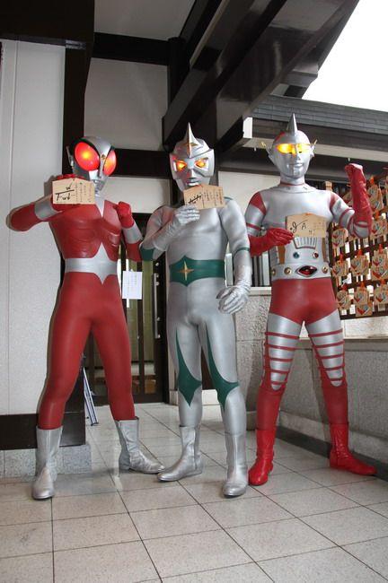 絵馬を見せる3ヒーロー。左からファイヤーマン、ミラーマン、ジャンボーグA