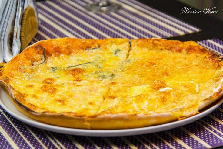 pentru sfarsit de saptamana v-am pregatit Pizza Quatro Formaggi.Pentru inceput preparam aluatul, reteta pentru aluat o puteti gasi aici : aluat pentru pizza. Dupa