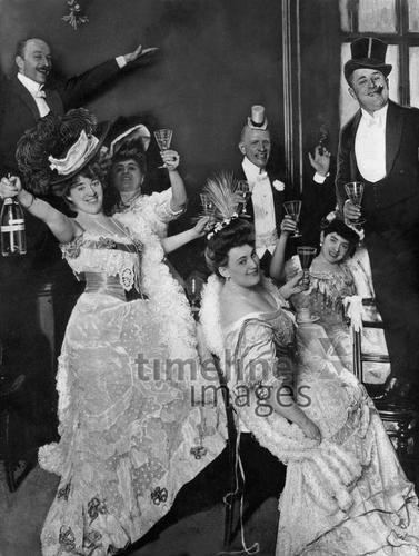 Berliner Künstlergesellschaft bei einer Silvesterparty, 1910 Timeline Classics/Timeline Images #Feiern #Silvester #Neujahrsfeier #Neujahrstag #31.Dezember #Jahresende #Party #Brauchtum #historisch #schwarzweiß #historical #Nostalgie #nostalgisch #Partyoutfit  #vintage #Künstler #festlich #pompös #prosten