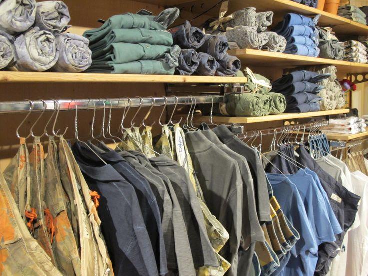 Ma che bel weekend di caldo! Durerà?! Nel dubbio ecco qualche proposta fresca fresca per godersi al meglio le giornate di sole. Da circa 15 anni siamo rivenditori del marchio italiano 40weft, brand specializzato nelle produzione di pantaloni e shorts. Cargo, bermuda, floreali, camo, colorati ...una collezione vasta e completa che soddisferà al meglio le vostre esigenze. 40weft #bermuda #shorts #nuoviarrivi #pe2015 #primavera #ss15 #followthebuyer #fashion 