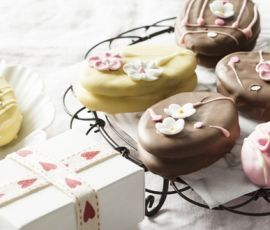 Marshmallow Easter Egg Biscuits: These beautiful biscuits make a great gift idea!. http://www.bakers-corner.com.auhttps://www.bakers-corner.com.au/recipes/cookies/marshmallow-easter-egg-biscuits/