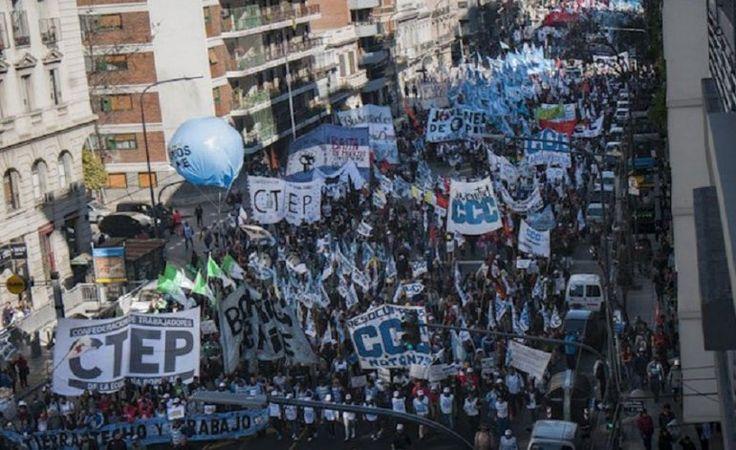 Los cambios en los planes ponen en pie de guerra al Gobierno y los movimientos sociales | Protestas sociales, Emergencia Social, Macri Presidente, Carolina Stanley