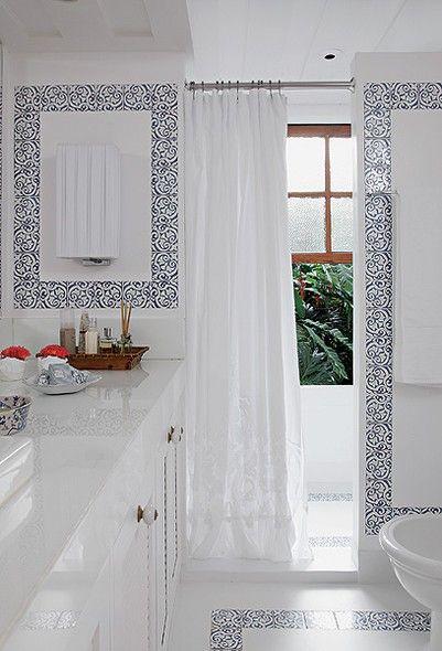 O desejo da moradora era deixar a sua casa de praia com uma decoração leve e natural. A decoradora Suzana Schermann aplicou cimento queimado branco e pequenos azulejos no piso do banheiro, como se fossem molduras. As paredes ganharam o mesmo acabamento