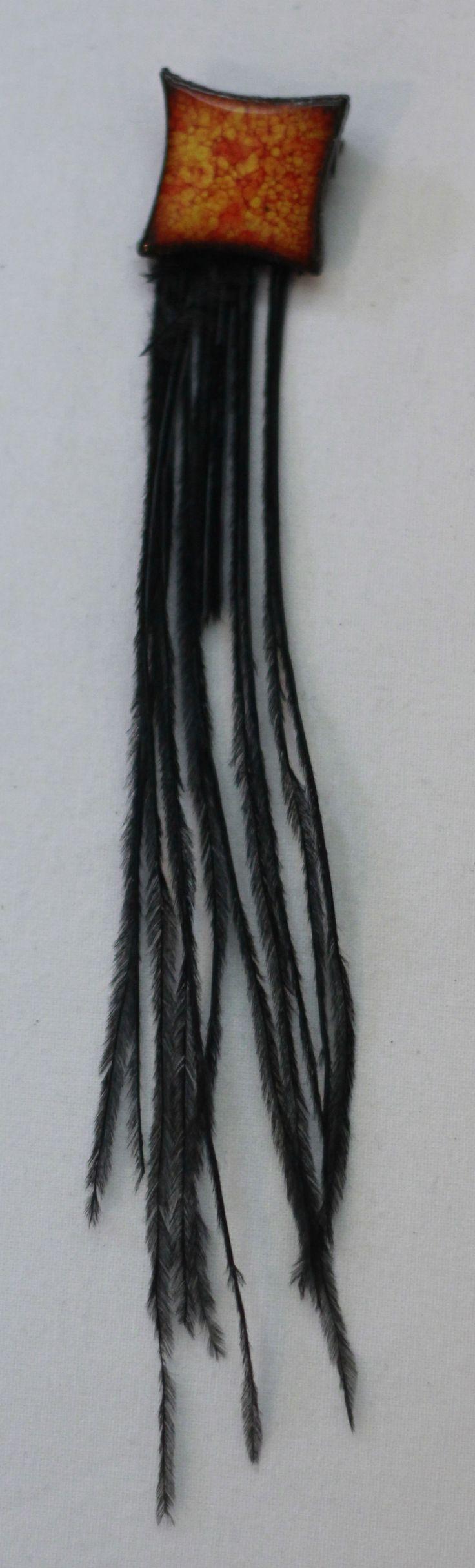 Turuncu-siyah seramik broş. Kuş tüyleri sentetiktir, yapımı için hayvanlara zarar verilmemiştir. www.azimeozgen.com