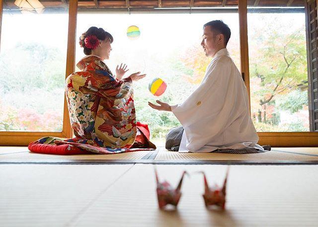 #和装前撮りレポ .5 . 100均で買っておいた紙風船と和ガーランドで余った折り紙で #折り鶴 を使った1枚 。ひたすら「 #紙風船 で遊んでてね〜」って言われててポンポン楽しんでたところ♡♡笑 . . 一緒に住み始めて2週間経った。昨日初めて落ち着いて2人で晩酌出来た☺️そして今から小物合わせいってきます\( ˆoˆ )/ . #和装前撮り #結婚式前撮り #結婚式準備 #2月挙式 #2017冬婚 #ちーむ0218 #サクラヒルズ #サクラヒルズ川上別荘 #marry花嫁 #プレ花嫁 #愛知プレ花嫁 #名古屋プレ花嫁 #前撮り小物 #色打掛 #和装 #紋付袴 #新婚 #inoyk前撮り