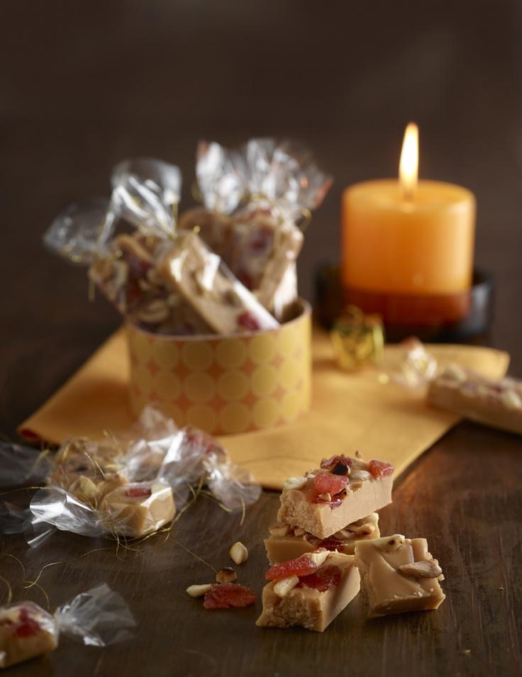 Joulun maistuvin manteli-mansikkatoffee: http://www.dansukker.fi/fi/resepteja/manteli-mansikkatoffee.aspx Pakatut makeiset kannattaa säilyttää jääkaapissa lahjan antamiseen asti. Säilyvyys jääkaapissa pari viikkoa. #joululahja #joululahjat #toffee