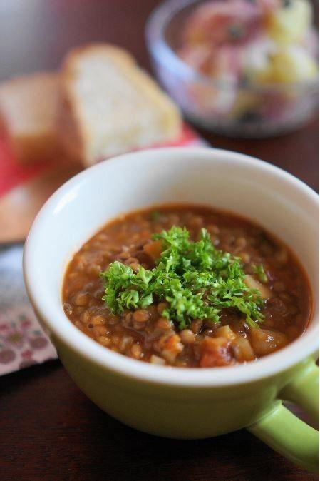 スウェーデン・レンズ豆のスープ 2011.01.30話題入り感謝♪レンズ豆で作る、とてもヘルシーなスープです。寒い国スウェーデンより思い出の味です☆ うさぎのシーマ 材料 (3~4人分) レンズ豆(緑) 100g 玉ねぎ(みじんぎり) 1/2個(100g) オリーブ油 大匙1(15ml) パプリカパウダー 大匙1 水 500cc 固形スープの素 1個 じゃが芋 (角切り) 1個(100g) ホールトマト缶 1/2缶 (200g) 塩 小匙1/4~ ローリエ 1枚 にんにく 1かけ はちみつ 大匙1/4 酢 又は レモン汁 大匙1/2~1 パセリのみじん切り 適宜 作り方 1 レンズ豆は、たっぷりの水に3時間程浸しておきます。 トマト缶は、実と汁に分けておきます。 2 鍋に油を熱し、つぶしたニンニクと玉ねぎを中火で炒めます。玉葱が透き通ったら、パプリカパウダーを振り入れ、よく混ぜます。 3 水、トマト缶の汁を加えます。 4 沸騰したら、水気を切ったレンズ豆、ローリエ、スープの素、塩を加えます。 5 じゃが芋を加え蓋をし、弱火で30分程煮込みます。 6…