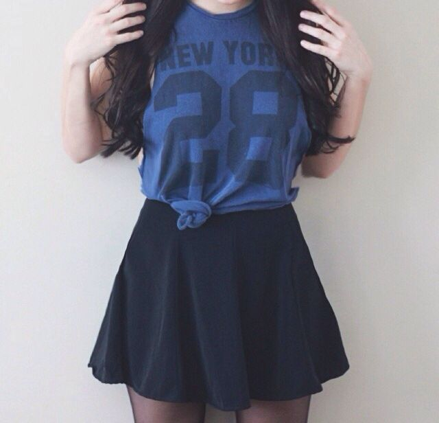 Cute outfit with the knotted dark jersey and navy blue skater skirt