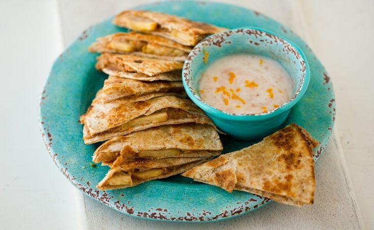 Tortilla's hoef je niet altijd te vullen met kaas of een Mexicaans gehaktprutje. Maak eens een lekkere gezonde herfstsnack met appel en cashewnoten. En de bijbehorende yoghurt-kaneel-citrus dipsaus kan zelfs gegeten worden door veganisten.