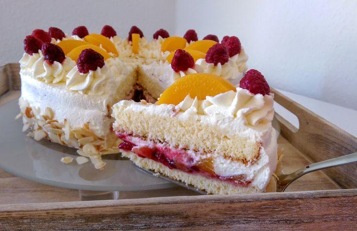 Die himmlische Kombination aus Pfirsichen, Himbeeren und Vanille macht sich nicht nur in einem Dessert gut, sondern auch in einer Pfirsich-Melba-Torte!