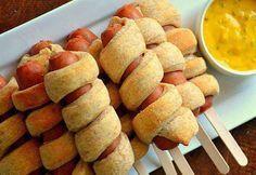 Salchicas envueltas en hogaldre, también se puede hacer con jamón y queso! La idea del palito de helado me parece estupenda