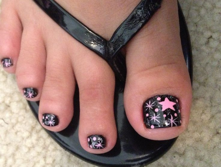 Pink star and polka dot toe nail design. Pink and black with a little sparkle. Love this toe nail design.