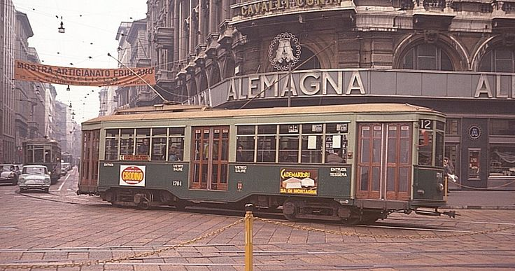 tram milano 1967, all'angolo tra via Torino e via Orefici.