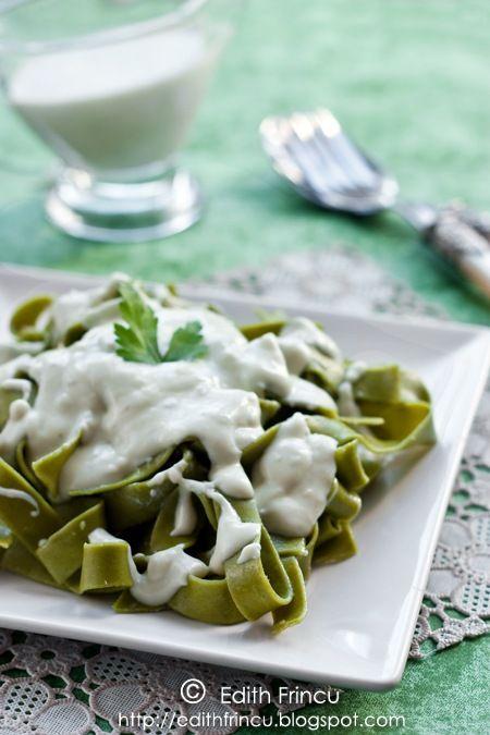 PASTE CU SOS GORGONZOLA- Imi place mult gorgonzola, iar sosul de gorgonzola e delicios. Pastele facute asa sunt tare bune si rapide. De data asta am folosit niste paste cu spanac c