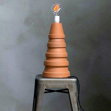 Luminaire fait de 5 pots de fleurs empilés. La hauteur de la pyramide dépend de la taille des pots qui peuvent être neutres ou en couleur.
