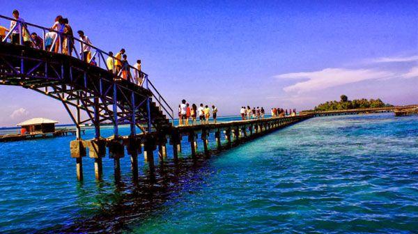 Jembatan Cinta Pulau Tidung. jembatan cinta yang merupakan icon wisata Pulau Tidung yang berada di pertengahan antara Pulau Tidung kecil dan Pulau Tidung besar. #PulauTidung