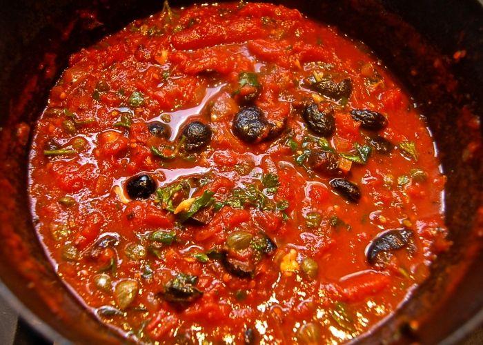 Il sugo alla puttanesca si prepara insaporendo l'olio con aglio e quindi appena preso colore rimuoveremo l'aglio per aggiungervi capperi, pomodori, olive ed acciughe. Segui i semplici passaggi per cucinare un sugo alla puttanesca buonissimo.
