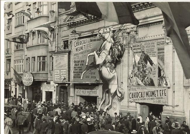 """Taksim Sineması'nda """"Çakırcalı Mehmet Efe"""" (1950) filminin feneri. Agâh Özgüç Arşivinden."""