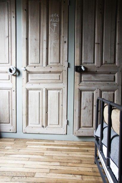 TOUCH cette image: Dans la chambre de Blanche, porte laissée brute chinée à ... by The Socialite Family