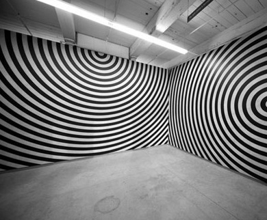 Já entrei numa sala assim, na Bienal, em 1993, se eu não me engano... Dá uma loucura nos olhos...