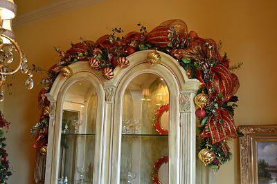 Beautiful toppingChristmas Inspiration, Christmas Time, Christmas Dining Room, Christmas Stairs, Beautiful Garlands, Christmas Decor, Christmas Trees, Christmas Ideas, Christmastime